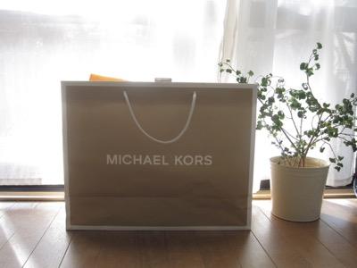 5f2750b1b604 マイケルコース(MICHAEL KORS)のバッグが好きで、使っています。 商品を入れてくれた紙袋は、好きだけどガシガシ使うわけでもなく、  しばらく畳んでしまいこんでいま ...